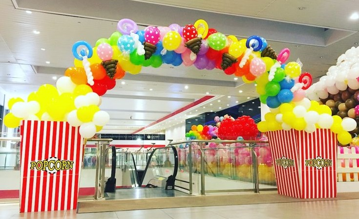 inaugurazione di supermercati con palloncini